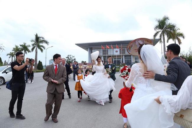 Đang chụp ảnh cưới trên đường thì gặp đoàn rước dâu khác, cô dâu - chú rể liền có hành động đặc biệt khiến nhiều người bất ngờ - Ảnh 3.