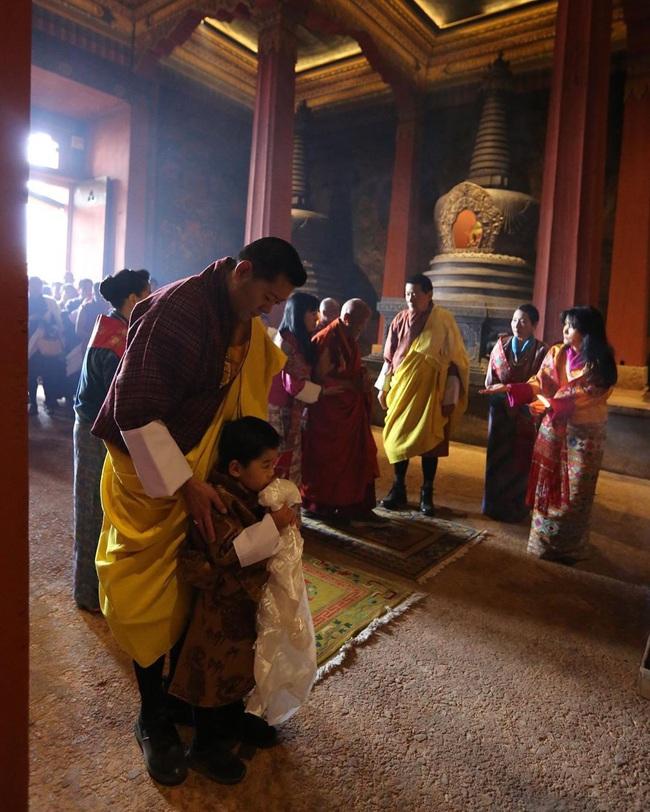 """Hoàng tử Rồng của Bhutan mừng sinh nhật 4 tuổi, gây bất ngờ về vẻ ngoại hình và sự vắng mặt bất thường của Hoàng hậu """"vạn người mê"""" - Ảnh 2."""