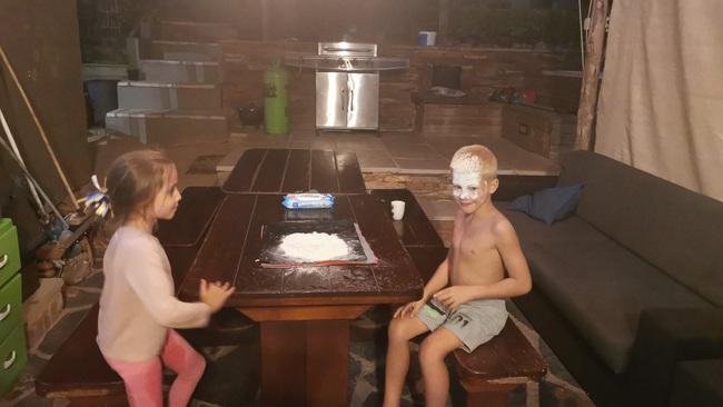 Ở nhà trông con rõ chán, ông bố liền nảy ý tưởng nâng tầm trò kéo búa bao khiến cư dân mạng cười ngất - Ảnh 6.
