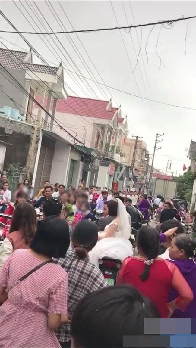 Đang chụp ảnh cưới trên đường thì gặp đoàn rước dâu khác, cô dâu - chú rể liền có hành động đặc biệt khiến nhiều người bất ngờ - Ảnh 6.