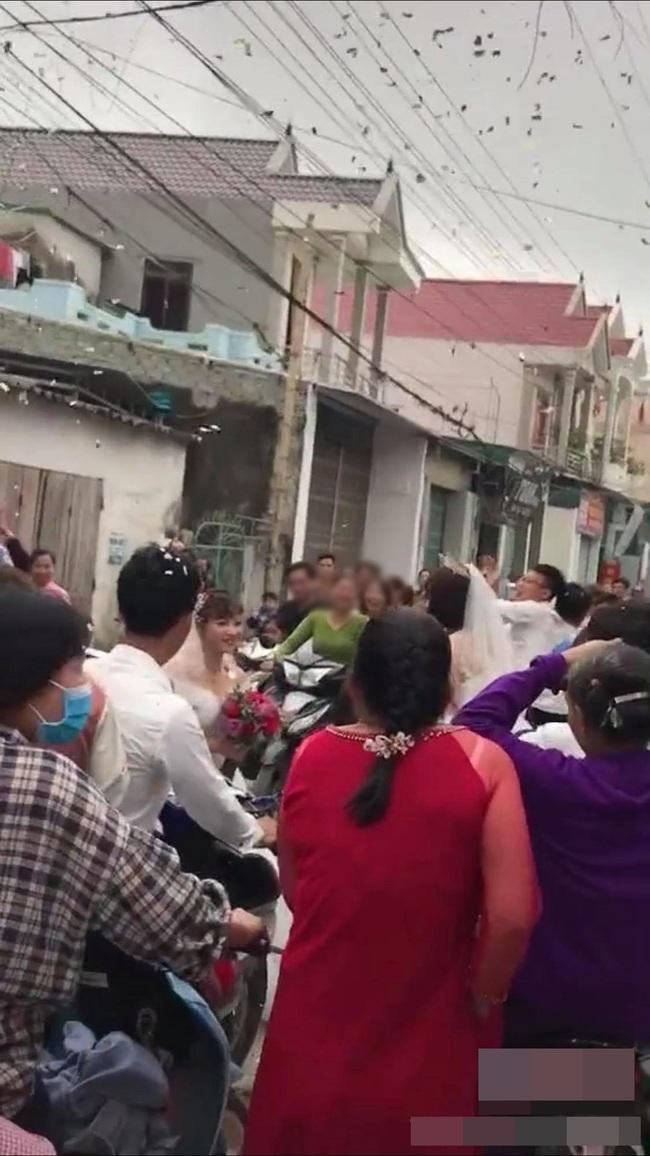 Đang chụp ảnh cưới trên đường thì gặp đoàn rước dâu khác, cô dâu - chú rể liền có hành động đặc biệt khiến nhiều người bất ngờ - Ảnh 7.