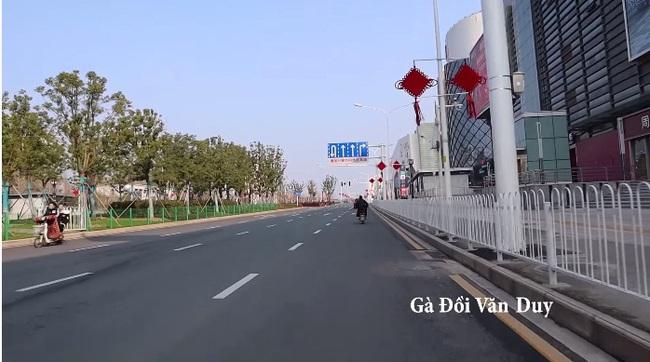 Vũ Hán: Trong lúc tất cả cửa đóng then cài vì sợ Corona, người Việt liều lĩnh này lại tung tăng ghi lại cảnh tượng hoang vắng khắp các phố phường - Ảnh 8.