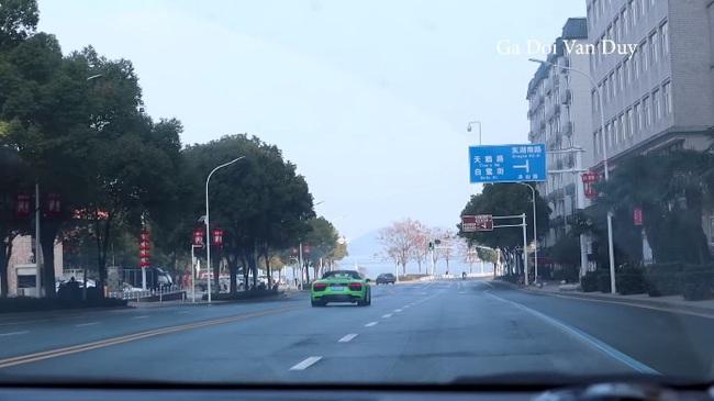 Vũ Hán: Trong lúc tất cả cửa đóng then cài vì sợ Corona, người Việt liều lĩnh này lại tung tăng ghi lại cảnh tượng hoang vắng khắp các phố phường - Ảnh 6.
