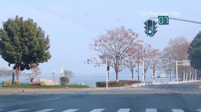 Vũ Hán: Trong lúc tất cả cửa đóng then cài vì sợ Corona, người Việt liều lĩnh này lại tung tăng ghi lại cảnh tượng hoang vắng khắp các phố phường - Ảnh 5.