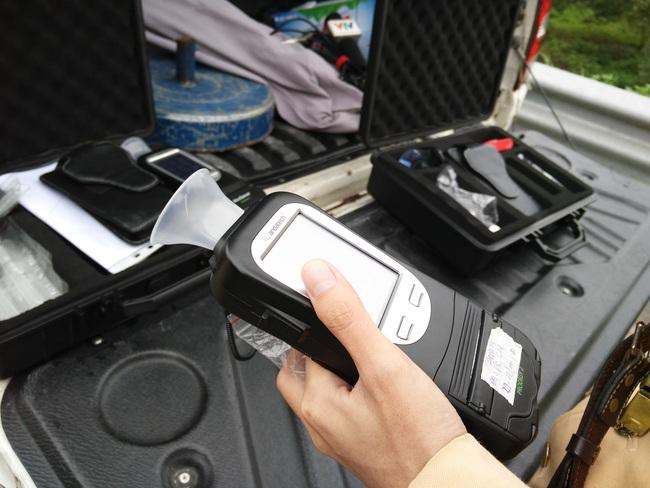 Cục CSGT tạm dừng sử dụng phễu thổi khi đo nồng độ cồn - Ảnh 1.