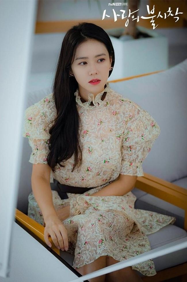 Đụng váy bánh bèo với Gong Hyo Jin, Son Ye Jin đã thay đổi vài chi tiết để làm bật lên vẻ đài các, quý tộc - Ảnh 4.