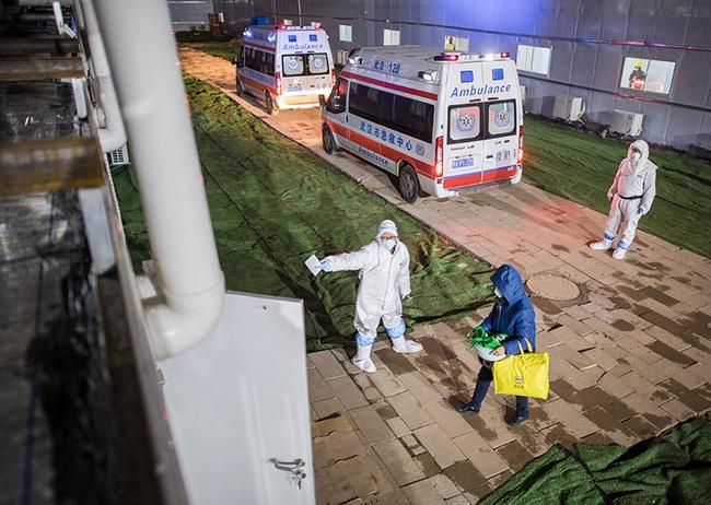 """Hơn 1000 nhân viên y tế khắp Trung Quốc đã đến """"tiếp viện"""" cho Vũ Hán khi bệnh viện chuyên trị corona thứ 2 chính thức tiếp nhận bệnh nhân - Ảnh 1."""