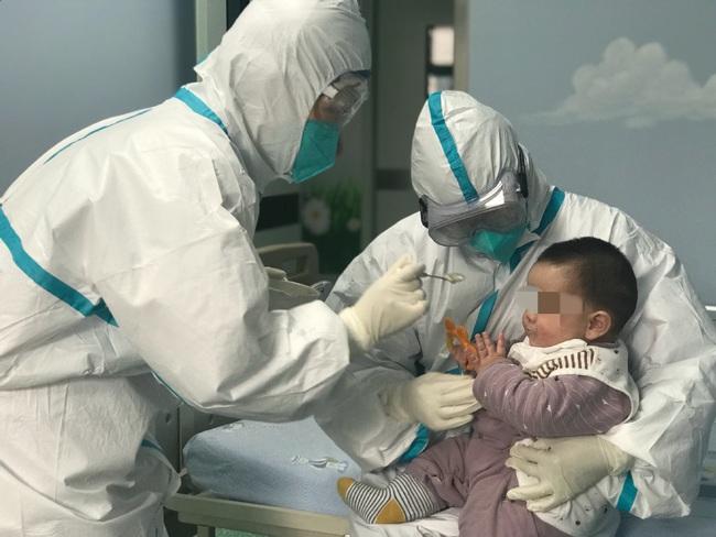 """Câu chuyện về bé 6 tháng tuổi bị nhiễm virus corona phải ở một mình trong viện khi gia đình bị cách ly với những người mẹ """"tạm thời"""" - Ảnh 2."""