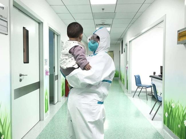 """Bé 6 tháng tuổi bị nhiễm virus corona phải ở một mình trong bệnh viện khi cả gia đình bị cách ly và những người mẹ """"đặc biệt"""" - Ảnh 1."""
