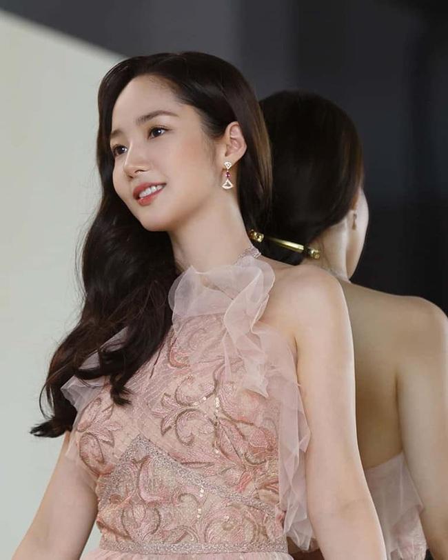 """Khoe vẻ đẹp nữ thần trong bộ ảnh mới, """"tình cũ Lee Min Ho"""" Park Min Young chứng minh sắc vóc đỉnh cao ở tuổi 34 - Ảnh 3."""