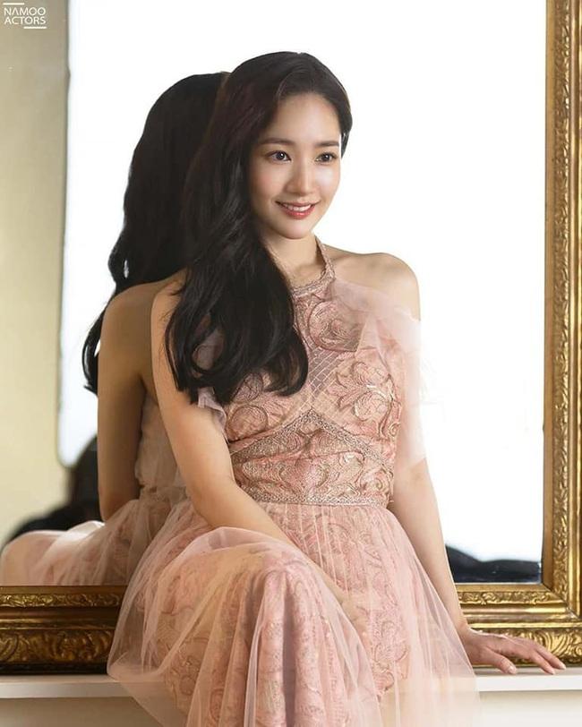 """Khoe vẻ đẹp nữ thần trong bộ ảnh mới, """"tình cũ Lee Min Ho"""" Park Min Young chứng minh sắc vóc đỉnh cao ở tuổi 34 - Ảnh 2."""