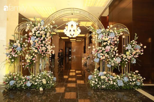 Mãn nhãn với lễ đường lộng lẫy như cổ tích và sảnh tiệc cưới chiều nay ở khách sạn 5 sao của cặp đôi Duy Mạnh - Quỳnh Anh - Ảnh 2.