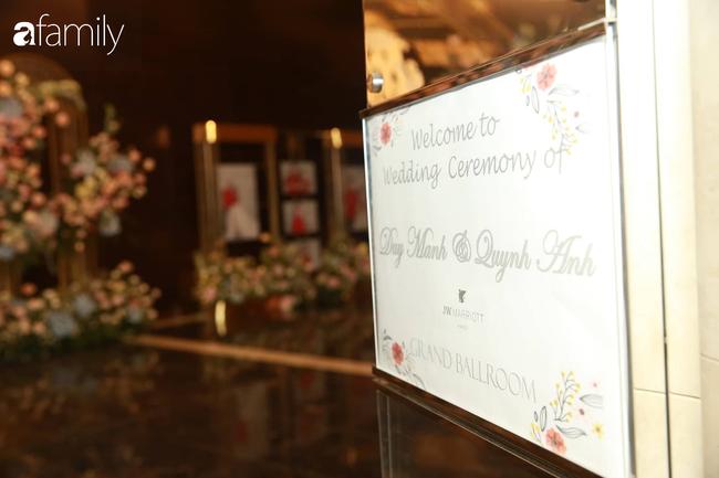 Mãn nhãn với lễ đường lộng lẫy như cổ tích và sảnh tiệc cưới chiều nay ở khách sạn 5 sao của cặp đôi Duy Mạnh - Quỳnh Anh - Ảnh 1.