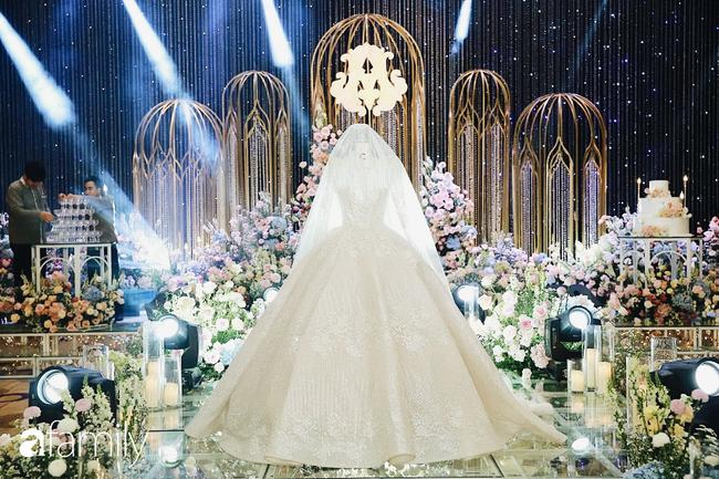 Chiếc váy trăm triệu của Quỳnh Anh bất ngờ được mang đặt giữa lễ đường, tiết lộ không gian sảnh cưới đẹp như dành cho công chúa trong cổ tích - Ảnh 9.