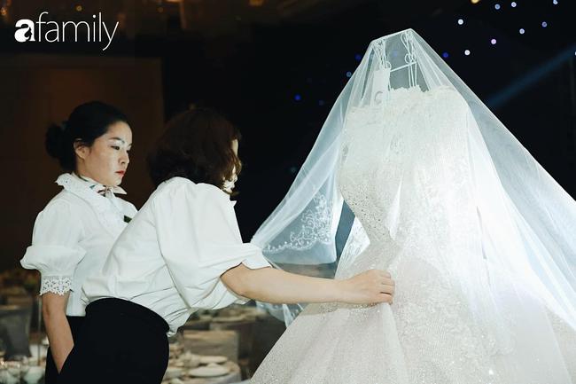 Chiếc váy trăm triệu của Quỳnh Anh bất ngờ được đặt giữa lễ đường, chiêm ngưỡng không gian sảnh cưới đẹp như cổ tích trước giờ G - Ảnh 13.