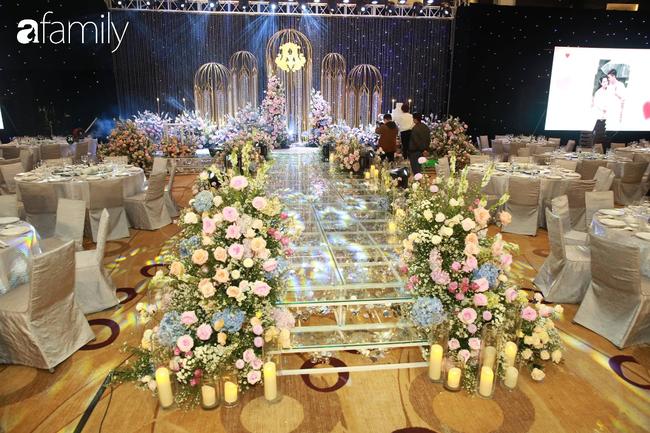 Chiếc váy trăm triệu của Quỳnh Anh bất ngờ được đặt giữa lễ đường, chiêm ngưỡng không gian sảnh cưới đẹp như cổ tích trước giờ G - Ảnh 7.