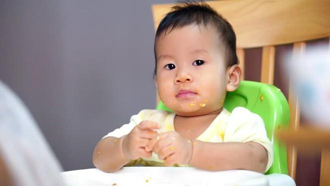 Tiến sĩ Mỹ bày cách giúp bố mẹ trị trẻ ăn chậm, lười uống nước - Ảnh 1.