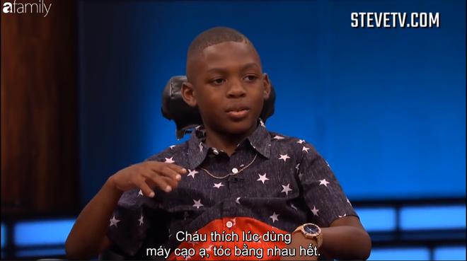 Cậu bé 8 tuổi quá tinh nghịch khiến MC Steve Harvey thấy lo sợ khi đứng gần - Ảnh 1.
