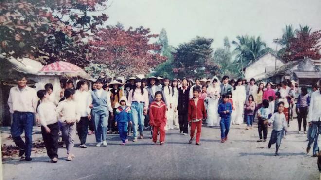 Đám cưới chất chơi thời bố mẹ anh thập niên 90: Pháo nổ râm ran, cả làng chạy theo cô dâu chú rể - Ảnh 2.