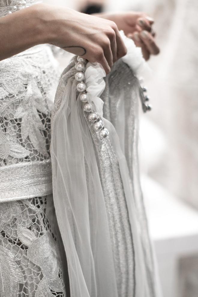 Xu hướng váy cưới Xuân/Hè 2018: Tinh xảo, yêu kiều trong từng chi tiết thêu ren, đính kết - Ảnh 2.