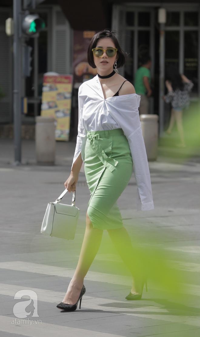 Street style cuối tuần: Quý cô hai miền - người lấp ló chân thon dài, người khoe vai trần cá tính - Ảnh 15.
