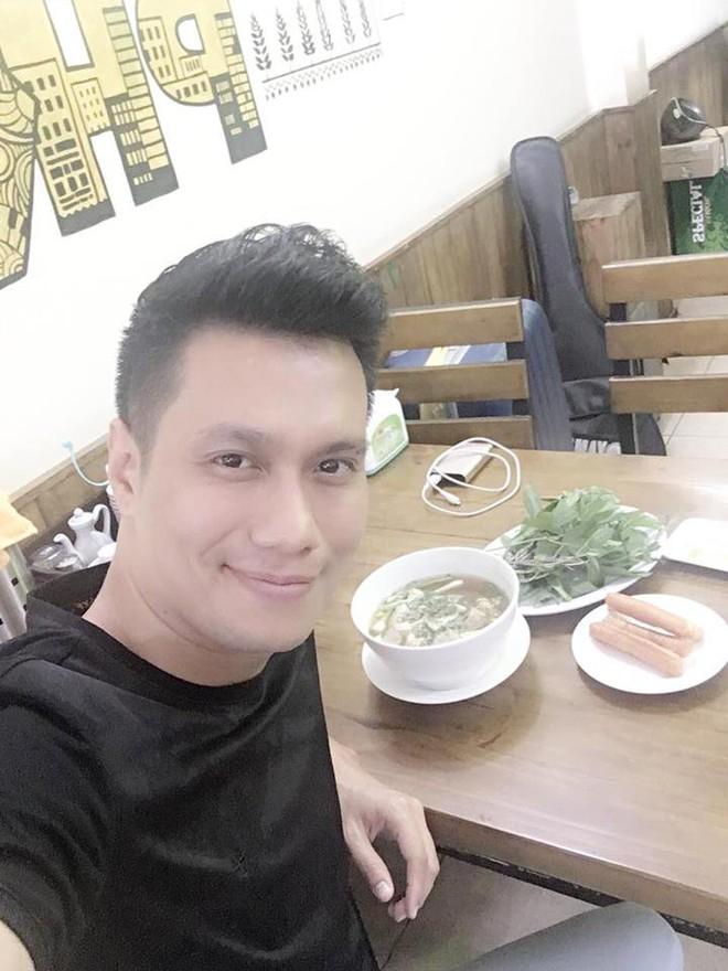 Hết bọc răng sứ, diễn viên Việt Anh lại tiếp tục lên đời nhan sắc nhờ phun thêu lông mày - Ảnh 7.
