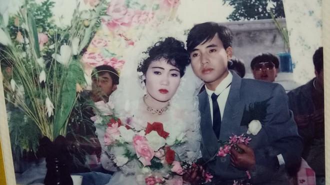 Đám cưới chất chơi thời bố mẹ anh thập niên 90: Pháo nổ râm ran, cả làng chạy theo cô dâu chú rể - Ảnh 1.