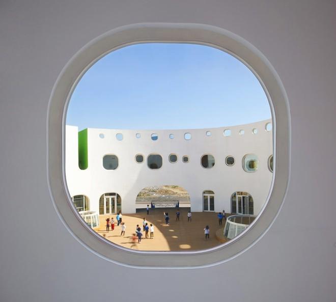 Ngắm ngôi trường mẫu giáo hình tròn, ngồi trong lớp học sinh cũng được hứng nắng trời - Ảnh 8.