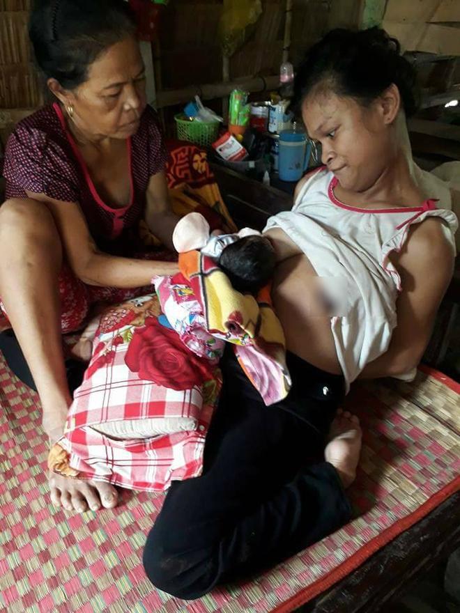 Chị Mai chăm sóc con gái vừa mới sinh được 10 ngày.