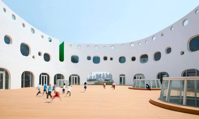 Ngắm ngôi trường mẫu giáo hình tròn, ngồi trong lớp học sinh cũng được hứng nắng trời - Ảnh 7.