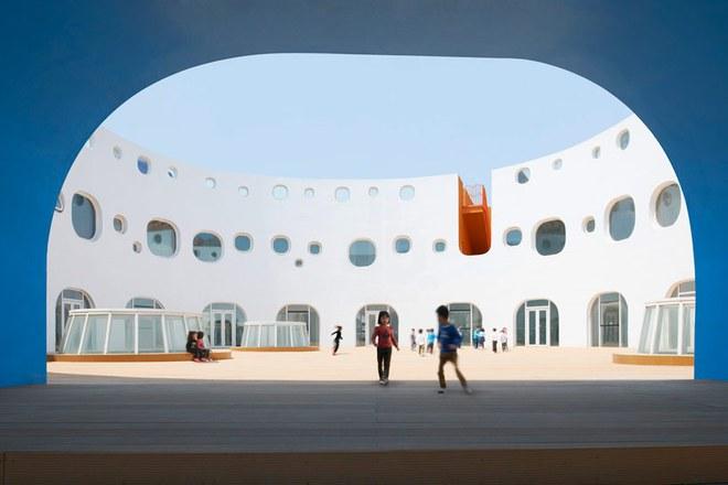 Ngắm ngôi trường mẫu giáo hình tròn, ngồi trong lớp học sinh cũng được hứng nắng trời - Ảnh 4.