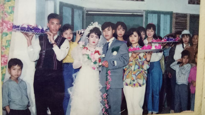 Đám cưới chất chơi thời bố mẹ anh thập niên 90: Pháo nổ râm ran, cả làng chạy theo cô dâu chú rể - Ảnh 11.