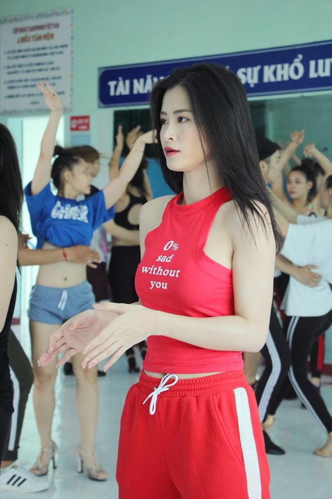 Bận rộn tập vũ đạo, Đông Nhi vội ăn trong phòng tập - Ảnh 7.