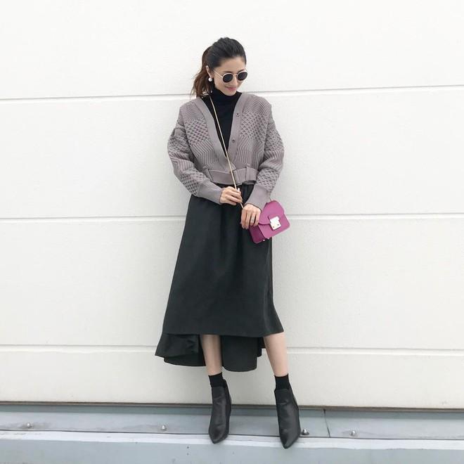 5 mẫu váy đang được các tín đồ thời trang châu Á diện nhiều nhất khi tiết trời se lạnh  - Ảnh 14.
