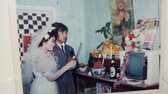Đám cưới chất chơi thời bố mẹ anh thập niên 90: Pháo nổ râm ran, cả làng chạy theo cô dâu chú rể - Ảnh 10.