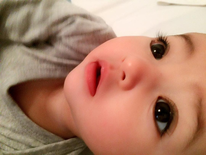 """Lại thêm 1 em bé lai có đôi mắt đẹp hút hồn khiến fan hâm mộ """"phát sốt"""" - Ảnh 2."""