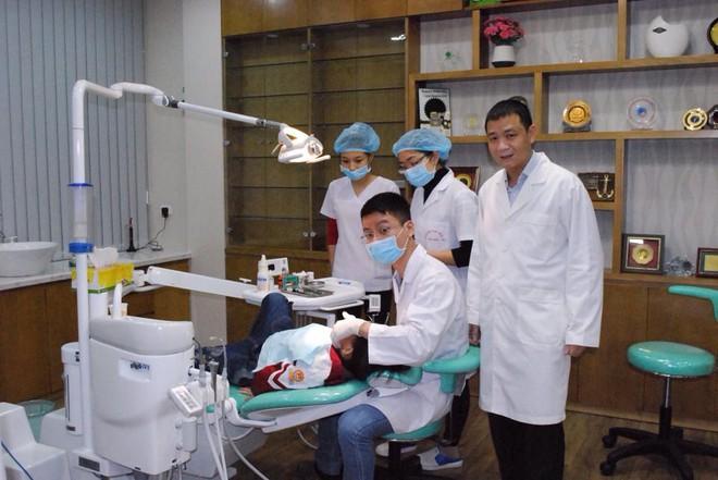 Con vừa thay răng đã phải đi chỉnh răng, nguyên nhân khiến các mẹ ngã ngửa - Ảnh 2.