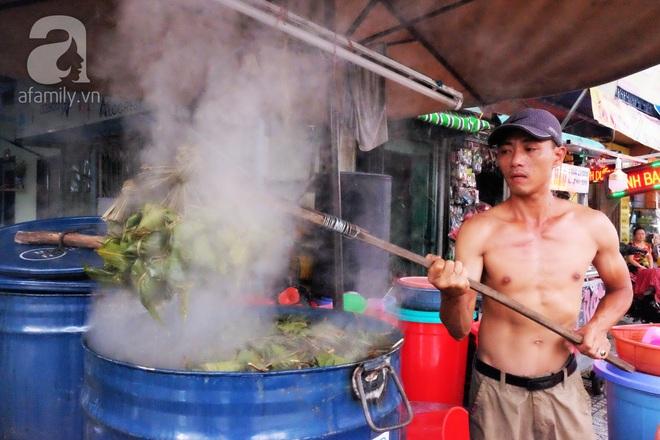 Xóm làm bánh ú tro nức tiếng Sài Gòn gói cả ngày, nấu cả đêm dịp Tết Đoan Ngọ - Ảnh 2.