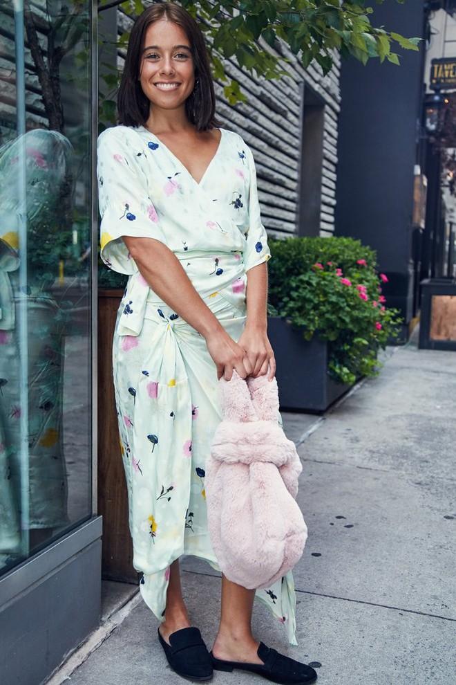 Chẳng cần phải hàng hiệu lồng lộn để dự Tuần lễ thời trang, cô nàng này toàn chọn đồ bình dân mà vẫn nổi bật - Ảnh 1.