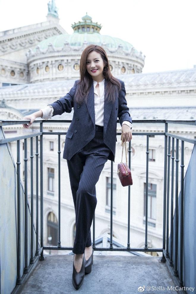 Dù đã ngoài 40, Triệu Vy vẫn gây ấn tượng bởi style trẻ trung và thanh lịch tại show diễn của Stella McCartney - Ảnh 2.