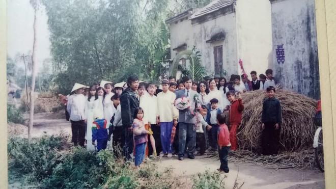 Đám cưới chất chơi thời bố mẹ anh thập niên 90: Pháo nổ râm ran, cả làng chạy theo cô dâu chú rể - Ảnh 5.