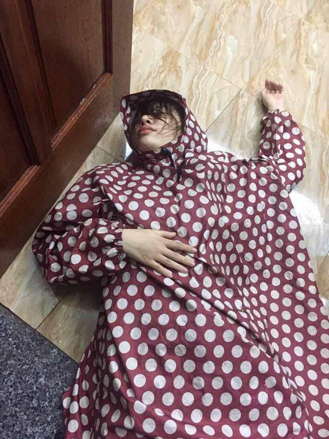 Cô gái thất tình say bí tỉ, mặc áo mưa ướt nằm vật trên sàn, dân mạng tranh cãi dữ dội - Ảnh 2.