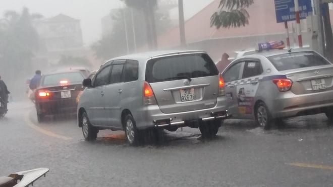 Hà Nội: Trời bỗng tối sầm, mưa như trút nước khiến nhiều tuyến phố ngập úng - Ảnh 2.