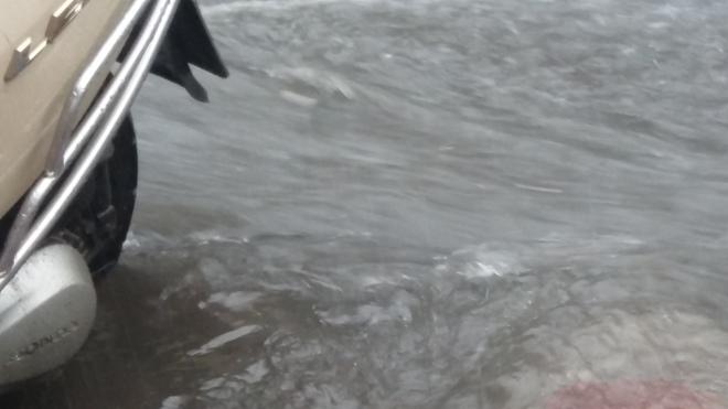 Hà Nội: Trời bỗng tối sầm, mưa như trút nước khiến nhiều tuyến phố ngập úng - Ảnh 1.