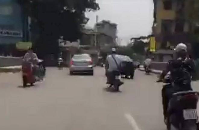 Hà Nội: Vi phạm giao thông, va chạm với người đi đường lao như phim hành động - Ảnh 1.