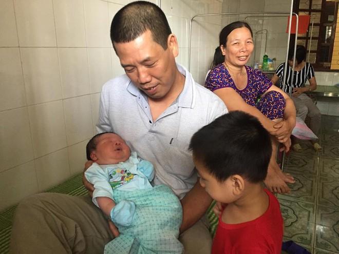 Bố cháu bé sơ sinh nặng kỷ lục sinh ở Vinh Phúc: Tôi không tin sự thật nên phải cân lại - Ảnh 6.