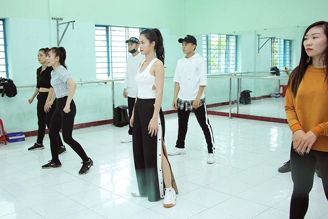 Bận rộn tập vũ đạo, Đông Nhi vội ăn trong phòng tập - Ảnh 4.