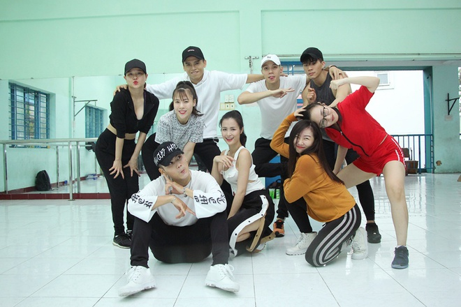 Bận rộn tập vũ đạo, Đông Nhi vội ăn trong phòng tập - Ảnh 1.
