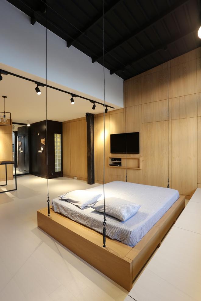 Căn hộ 45m² cực ấn tượng với giường treo và hệ tủ âm tường biến hóa khôn lường - Ảnh 4.