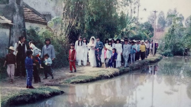 Đám cưới chất chơi thời bố mẹ anh thập niên 90: Pháo nổ râm ran, cả làng chạy theo cô dâu chú rể - Ảnh 4.